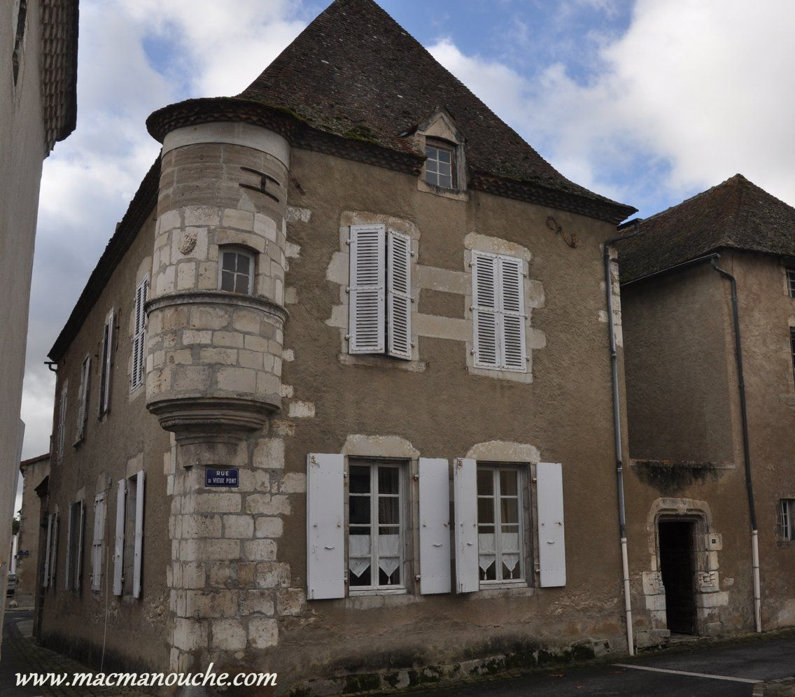 La maison à échauguette, rue du Vieux-Pont, datant du XVe siècle.