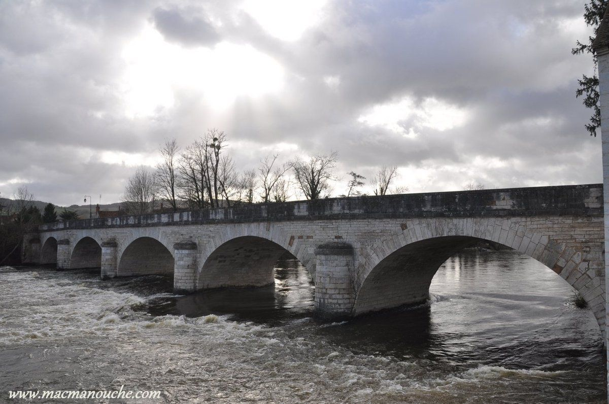 Pont enjambant la rivière ''La Sioule''.