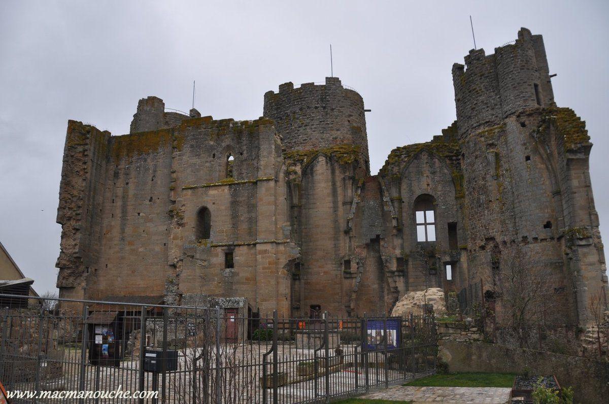 «La forteresse de Bourbon-l'Archambault compta jusqu'à 20 tours à son apogée et ce jusqu'à la Révolution Française durant laquelle elle fut confisquée et vendue comme Bien National en 1794, devenant alors une prolifique carrière de pierres.»