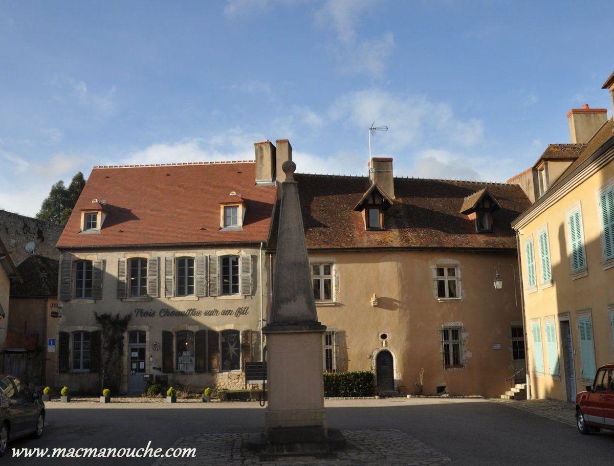 La visite de village commence par la Place de la Fontaine.
