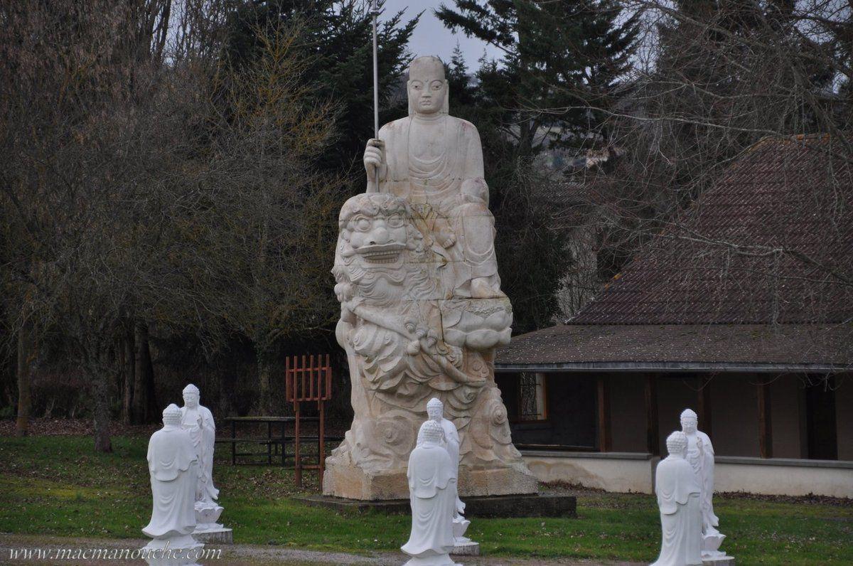 A l'entrée du parc, sur la gauche, se trouve la statue du maître des enfers!