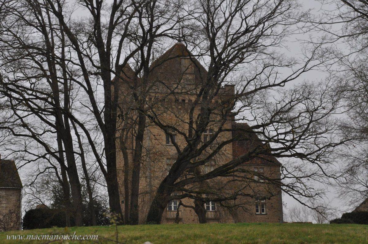 Ledonjon et le logis ont été entièrement transformés au XVIe par des fenêtres à meneaux de style Renaissance.