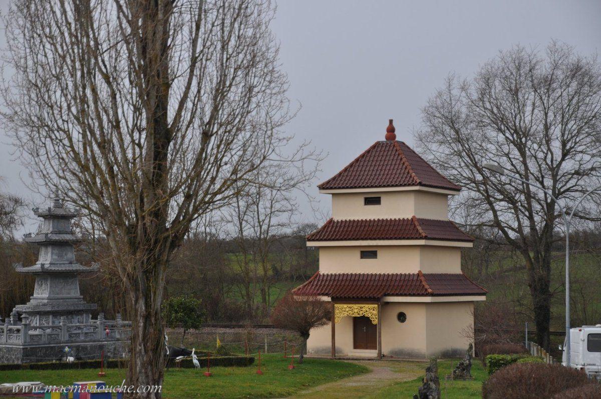 Depuis 1955, une communauté asiatique a remplacé les mineurs de Noyant et a édifié une pagode et des statues pour célébrer le culte de Bouddha.