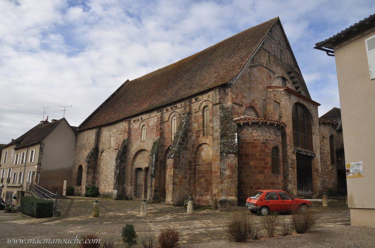 En face de  l'église prieurale, l'ancienne église paroissiale Saint-Marc.