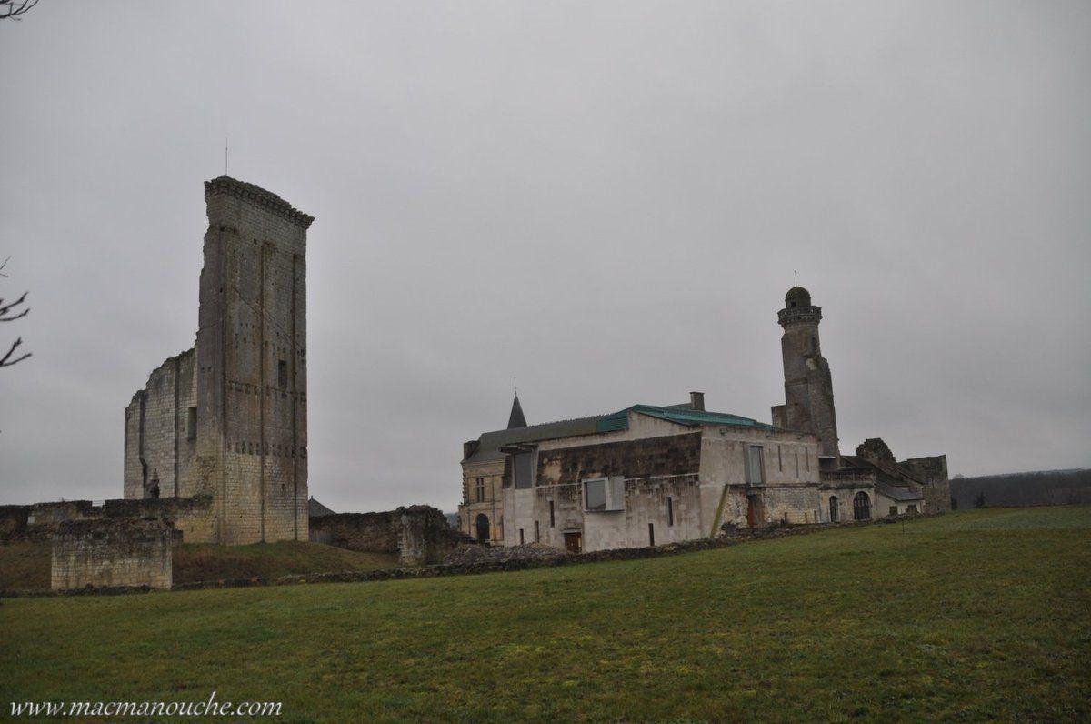 ==> est situé du côté du plateau pour interdire l'accès du château.