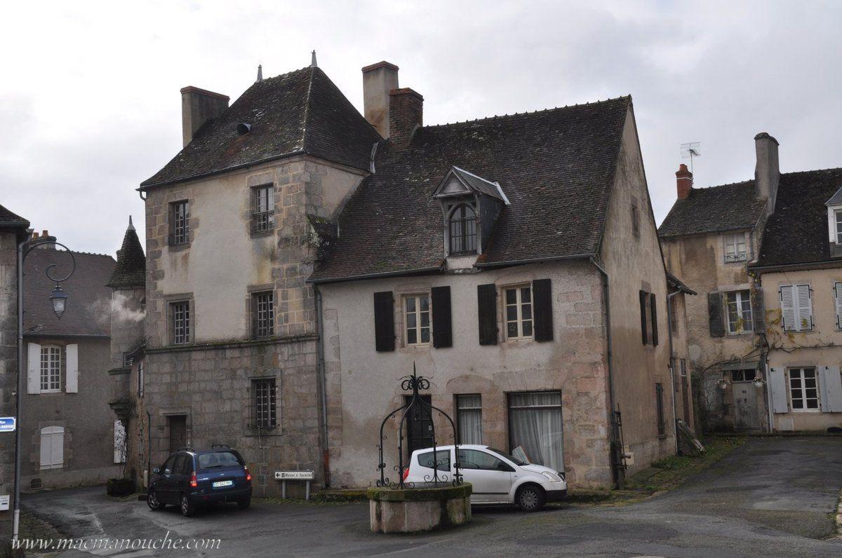 Puits et maison à tourelle, rue de la cure.