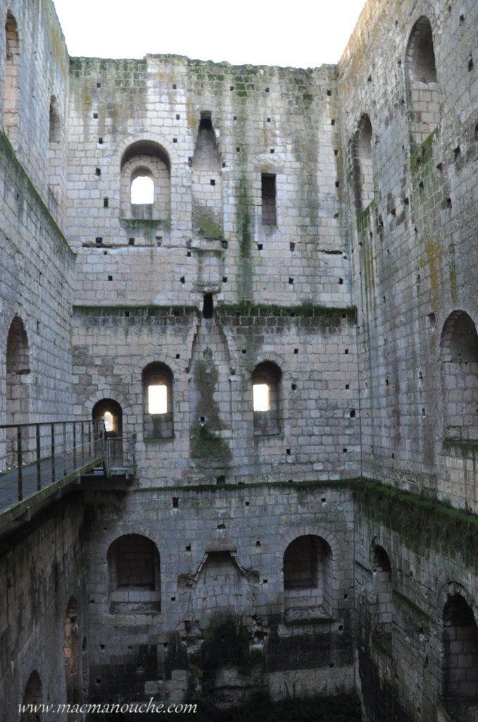 Les trois niveaux de la tour et les traces des cheminées. Il ne reste plus que l'ossature de pierre. Les parties boisées (toit et planchers) ont disparu.