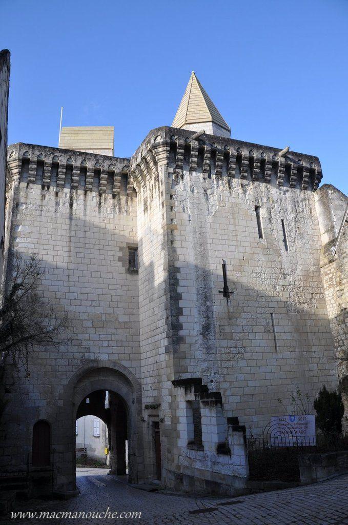 Par la Porte Royale, on entre  dans l'enceinte de la citadelle, citadelle qui sera l'objet de la 2ème partie de notre visite de Loches