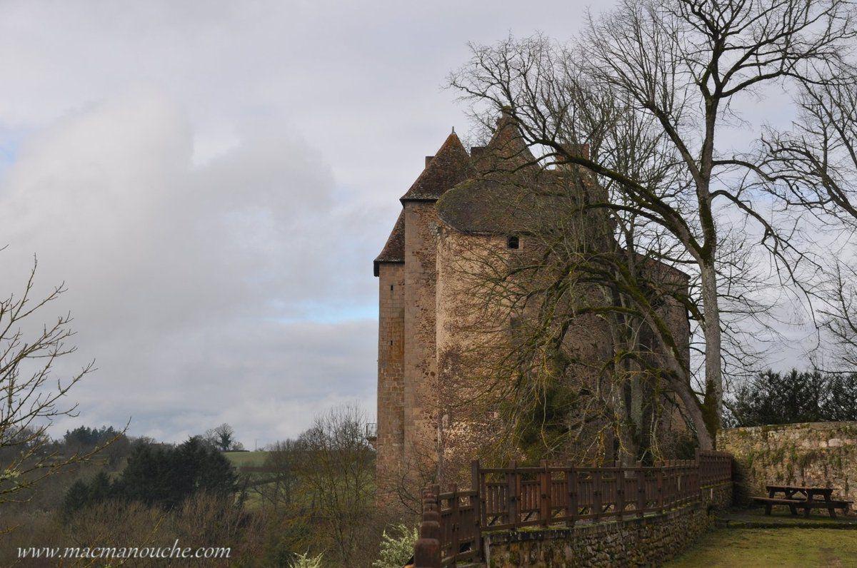 Côté jardin, le château (fermé en cette saison).