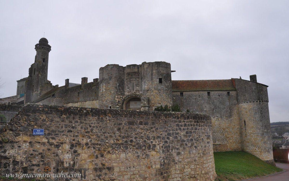 On contourne le château par la rue des remparts.