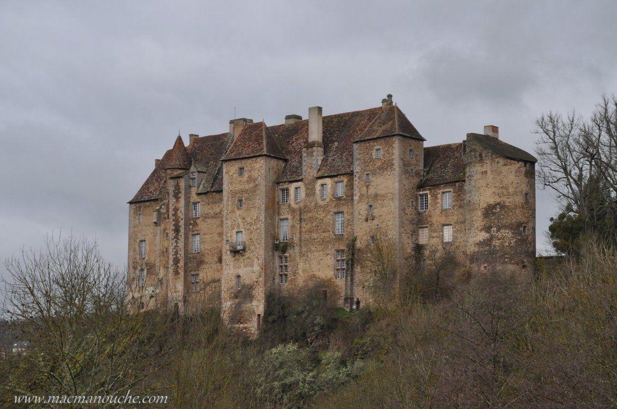 «Le château de Boussac est probablement né, vers le 10ème ou le 11ème siècle, à partir d'une tour de guet en bois qui commandait le passage d'antiques voies romaines menant à Tullum ( Toul-Sainte-Croix ).»