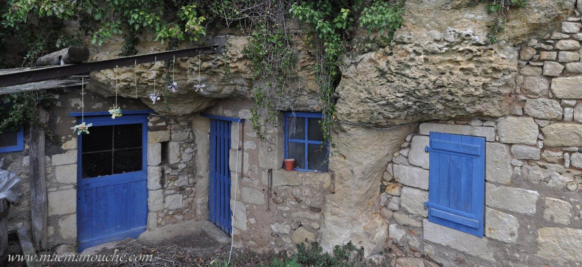 Sur la petite route de la Celle-Guenand, se trouve le petit hameau troglodyte baptisé les Roches ==>