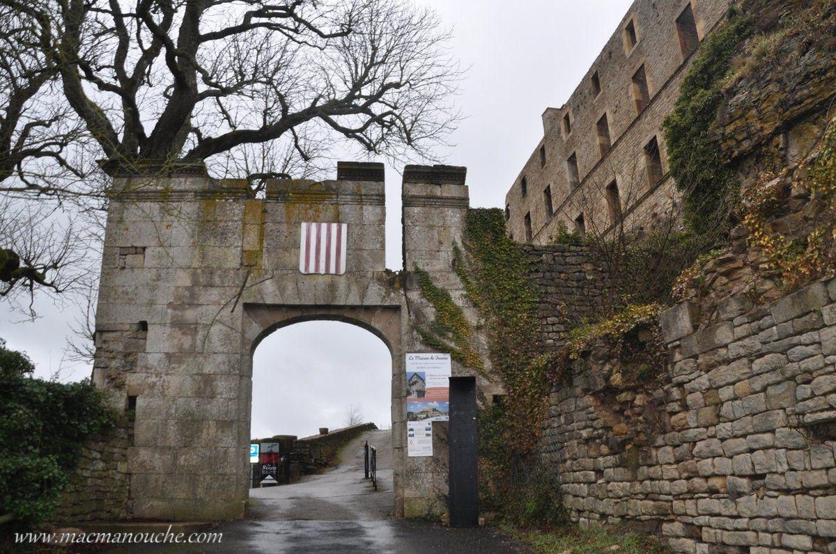 Voici l'entrée de l'enceinte fortifiée où l'on aperçoit la partie de l'ancien fort médiéval transformé en un palais résidentiel de style Renaissance (actuelle façade Sud., en ruines).