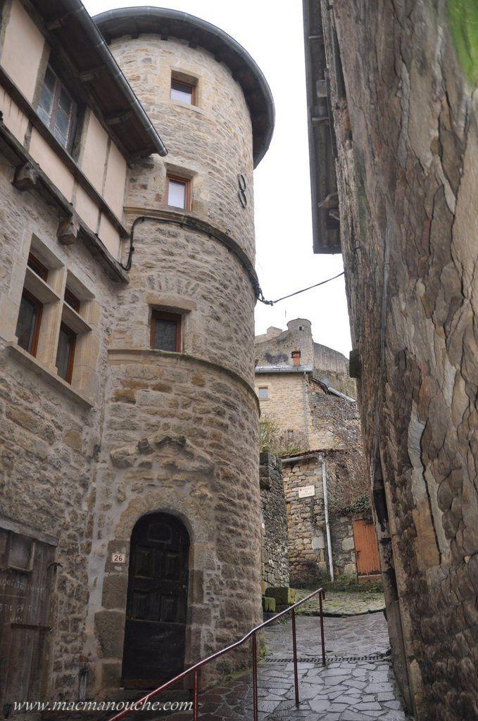 Un peu  plus loin, au détour d'une ruelle, belle maison et le château qui veille sur la cité