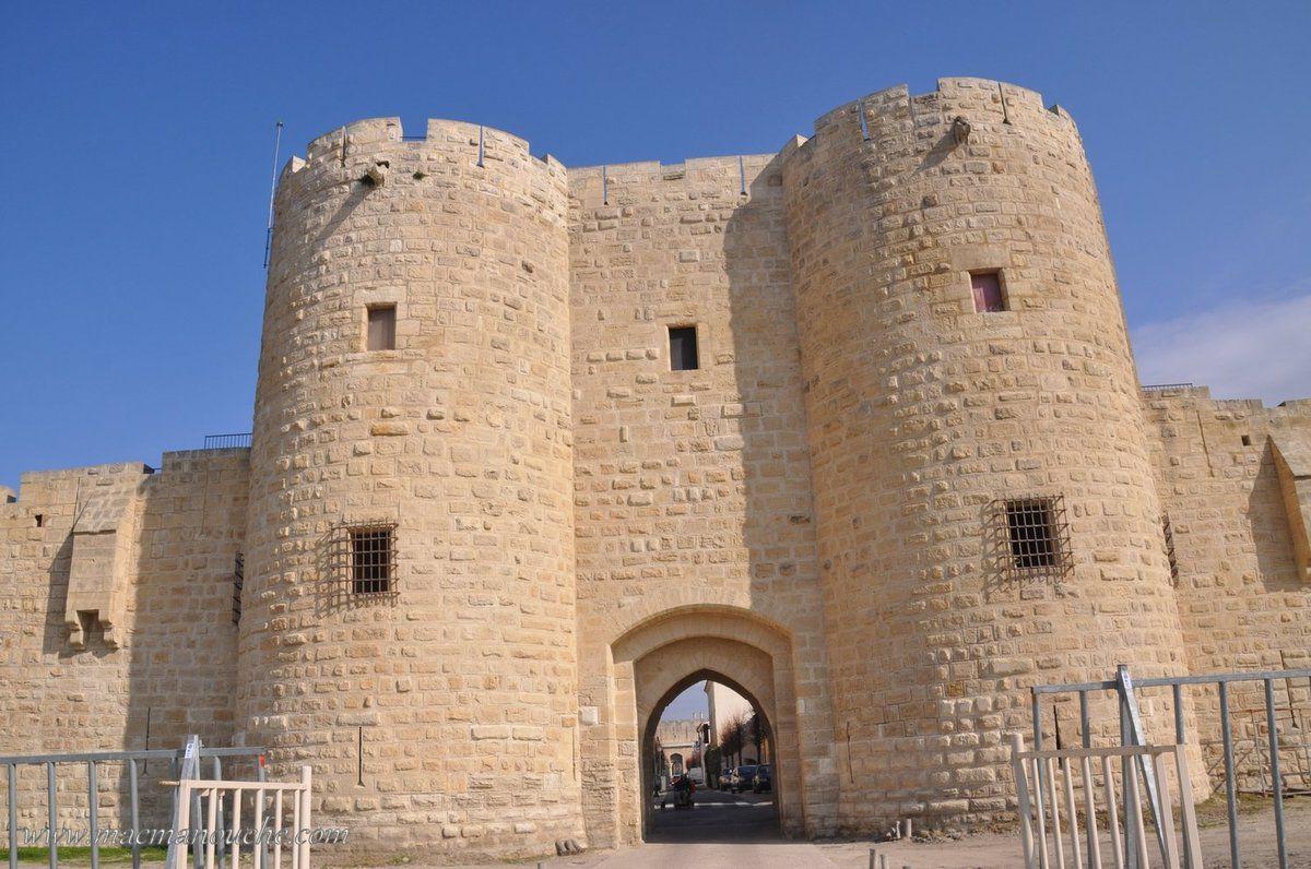 Puis, on accède à la Porte de la Marine :  la mêmeporteque Charles Quint a traversé pour entrer dans la ville d'Aigues Mortes quand il visita le roi François 1er.
