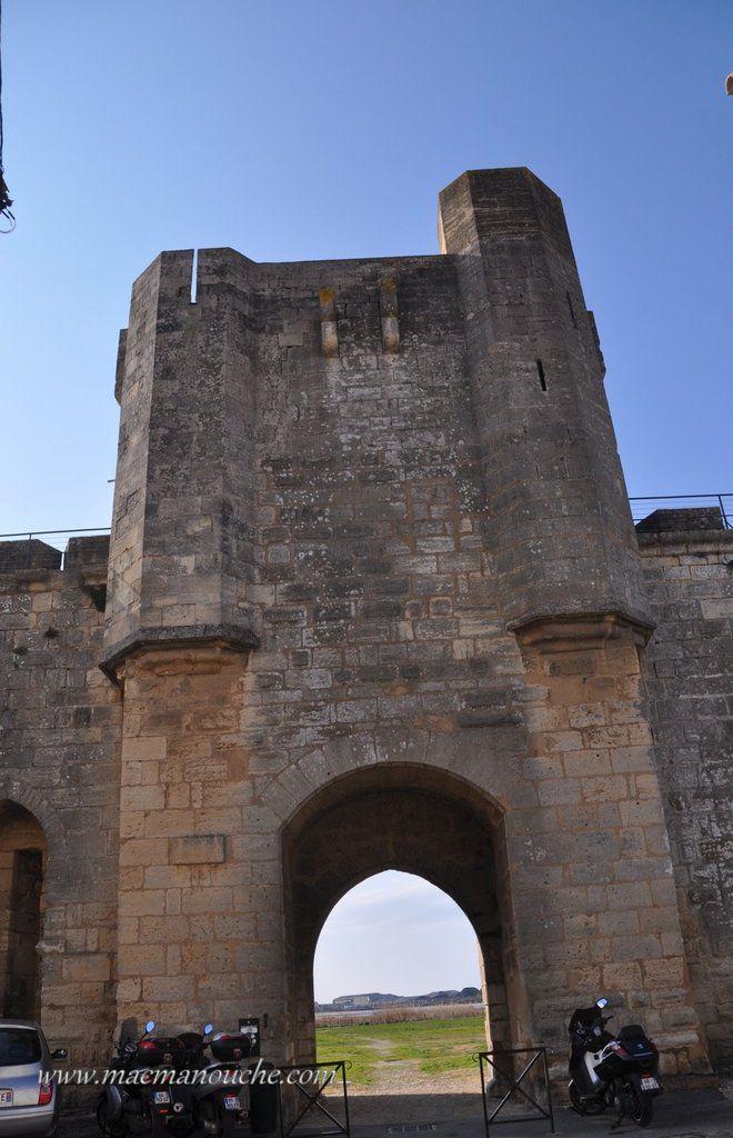 Toujours  la  Porte de la Marine, intra-muros.