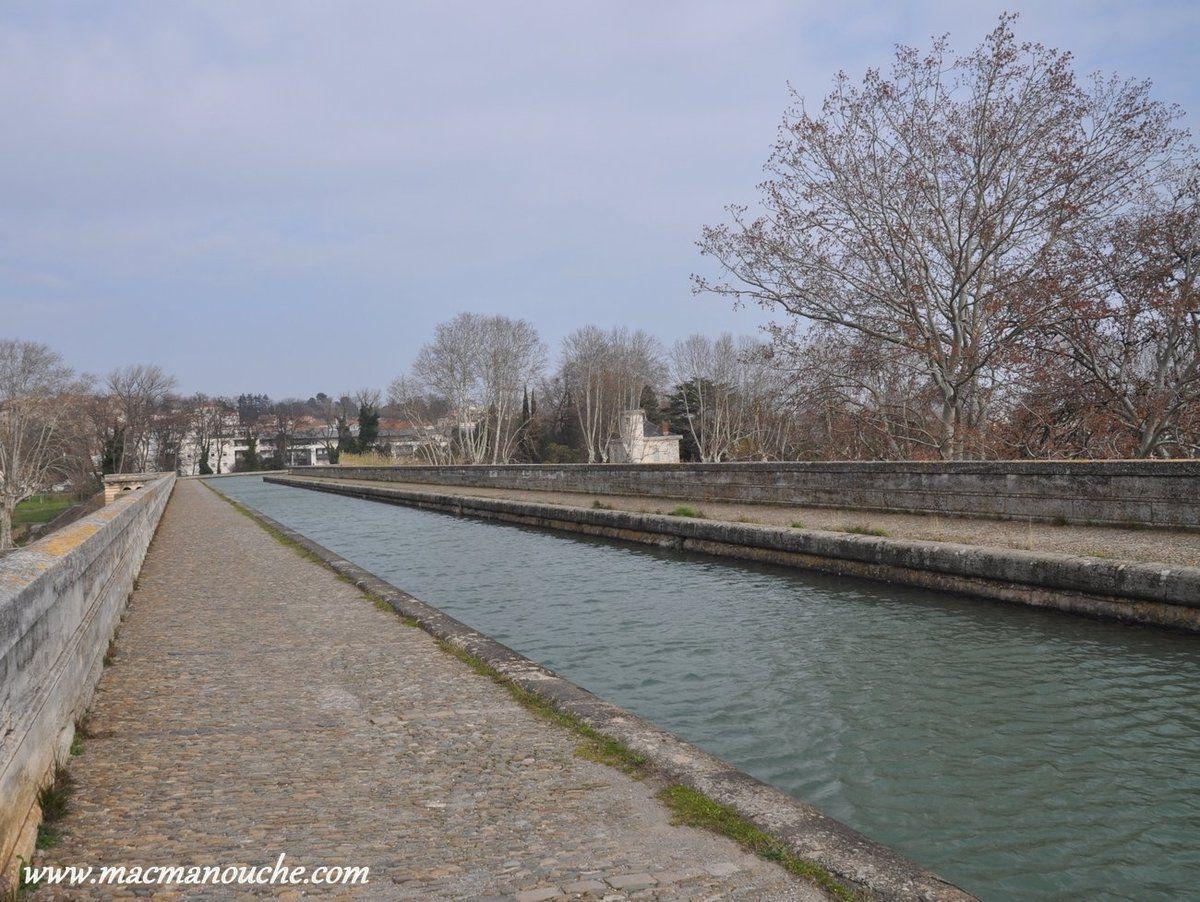Le Pont Canai, ouvrage majestueux,  permet à un cours d'eau (le canal du Midi) de franchir un autre cours d'eau (la rivière Orb).