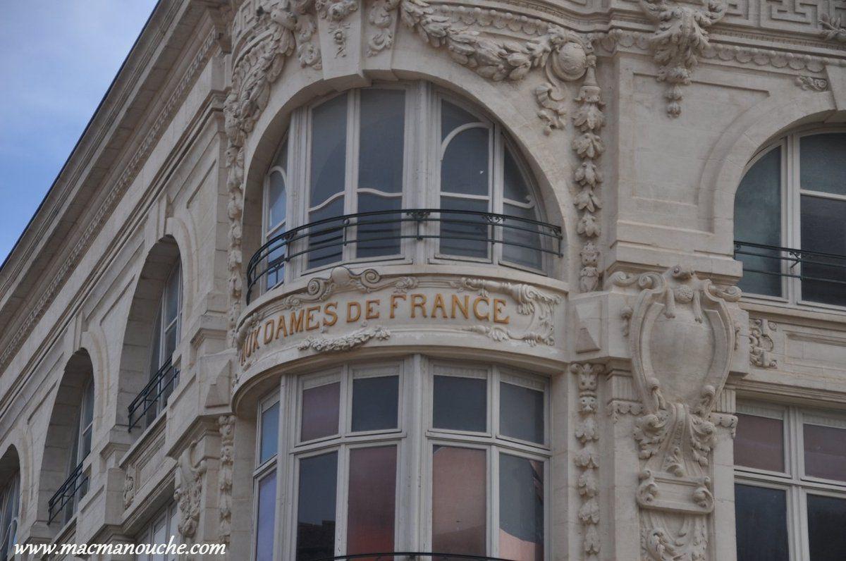En face de l'Hôtel de Ville, le bâtiment de ''Aux Dames de France''.