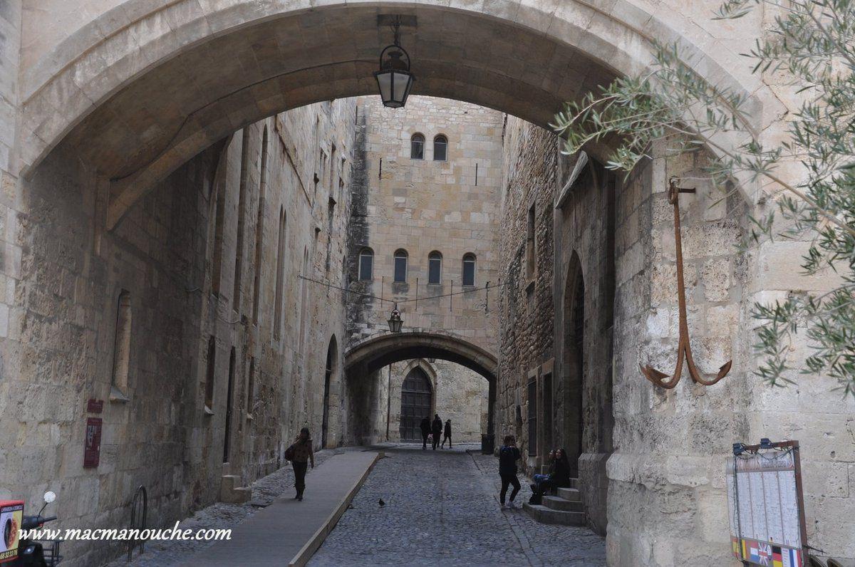 Le  passage de l'Ancre est une impasse fortifiée aux murs impressionnants ==>