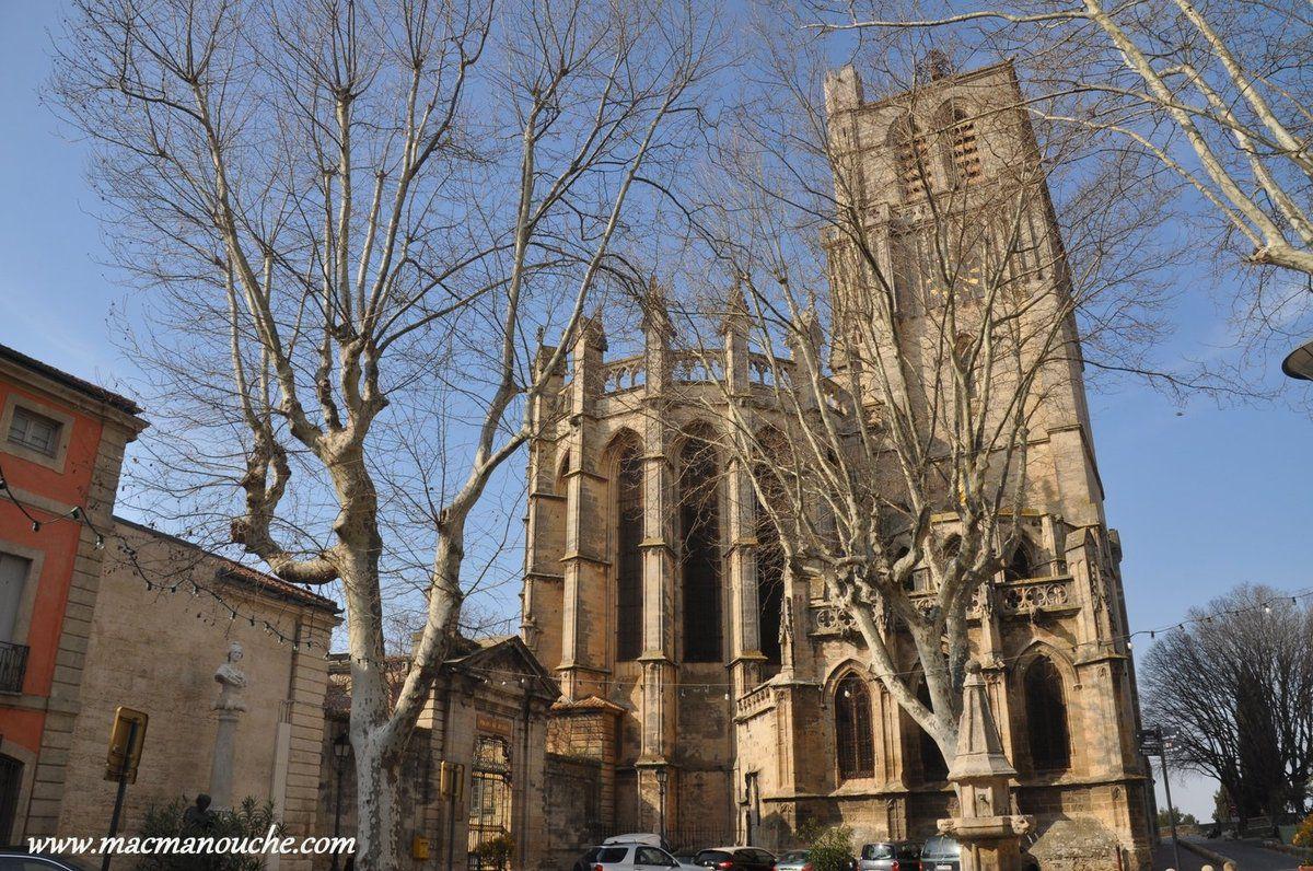 Le chevet de la cathédrale avec à gauche l'abside, à droite la sacristie et derrière la tour-clocher.