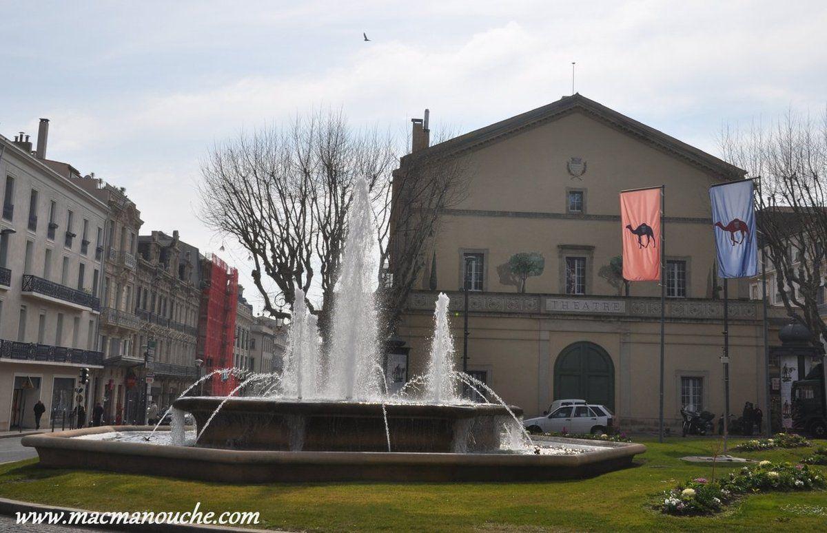 Place de la victoire, fontaine et théâtre ==>