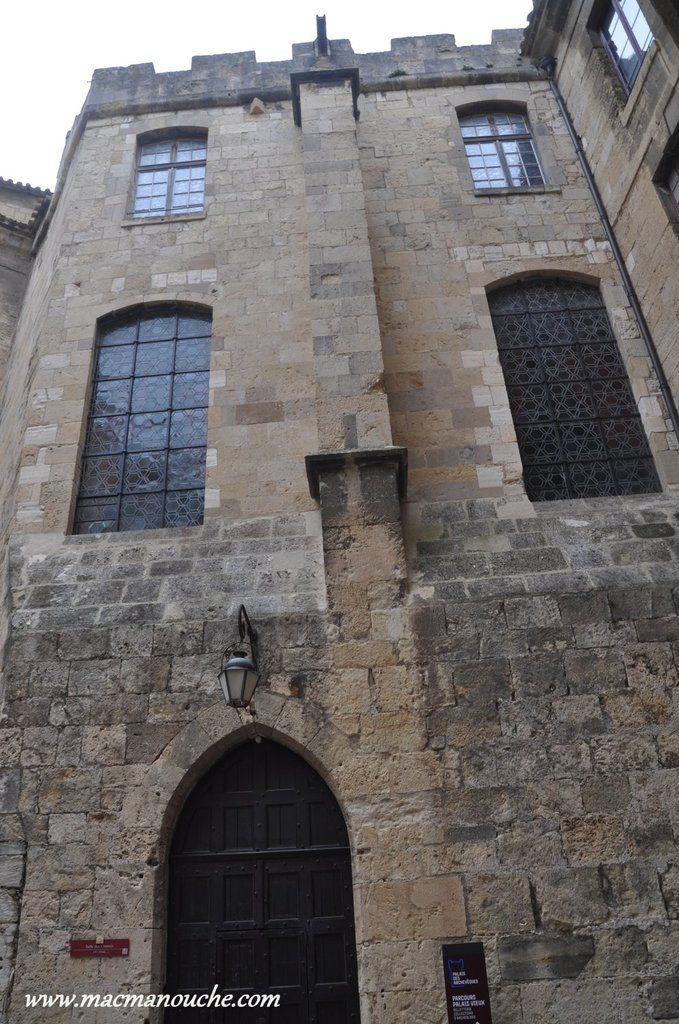 L'entrée du musée archéologique, toujours dans  la Cour d'Honneur du Palais Neuf.
