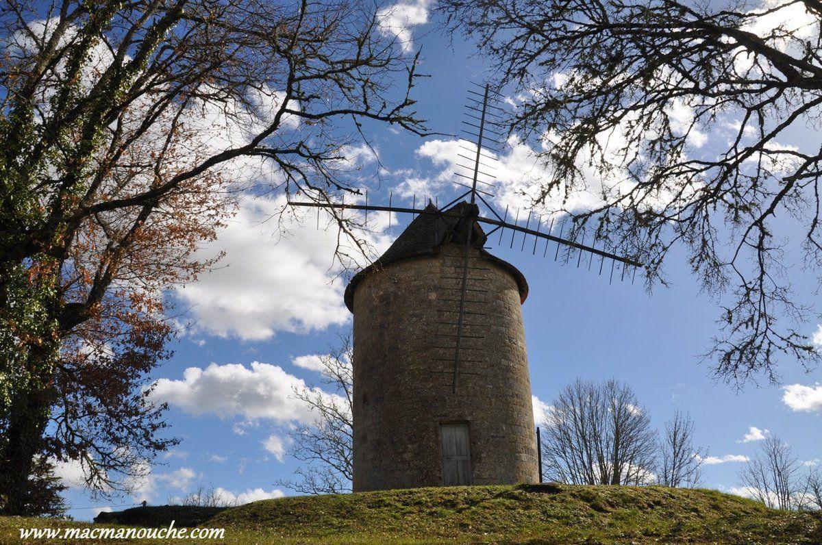 Au bout de jardin se trouve le ''Moulin du Roy'' et ==>