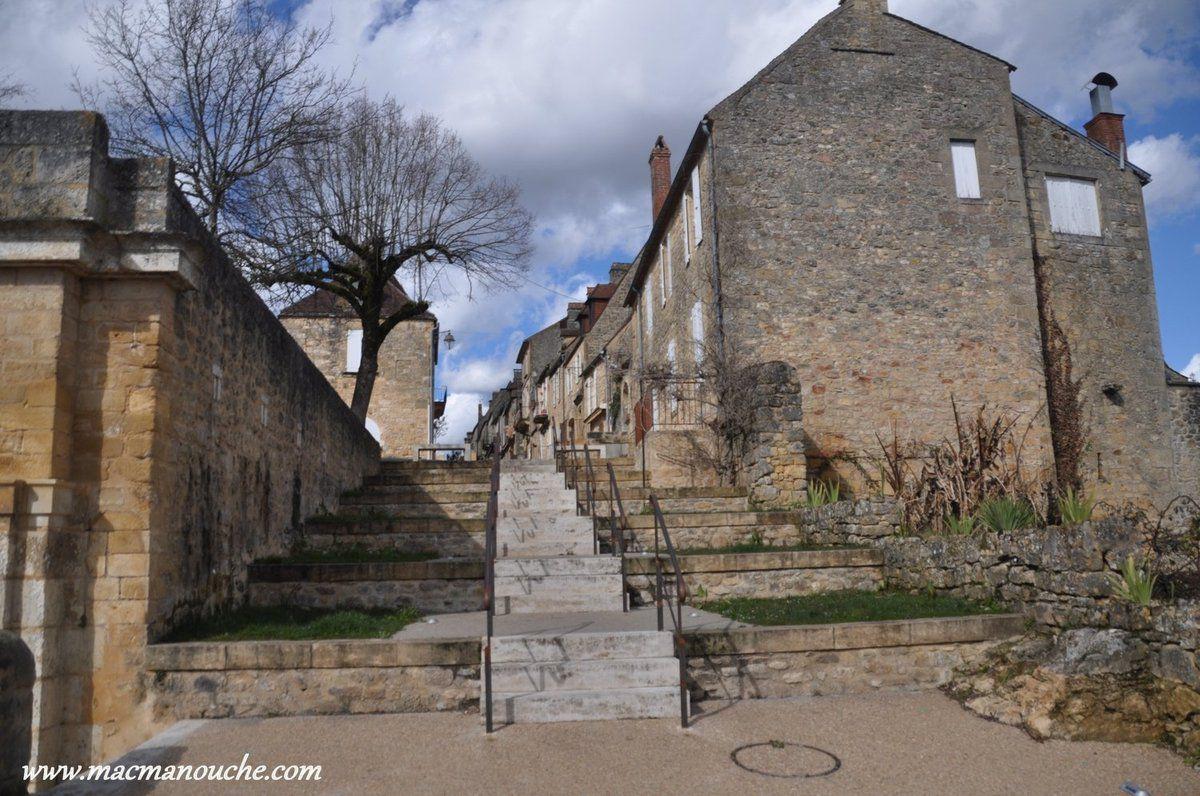 Cet escalier va nous mener à la rue  Eugène Le Roy et de là on va sortir de la bastide par la Porte des Tours pour regagner le camping-car.