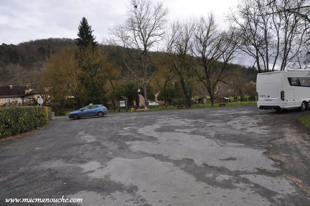 On va se garer le parking à la sortie du village ==>