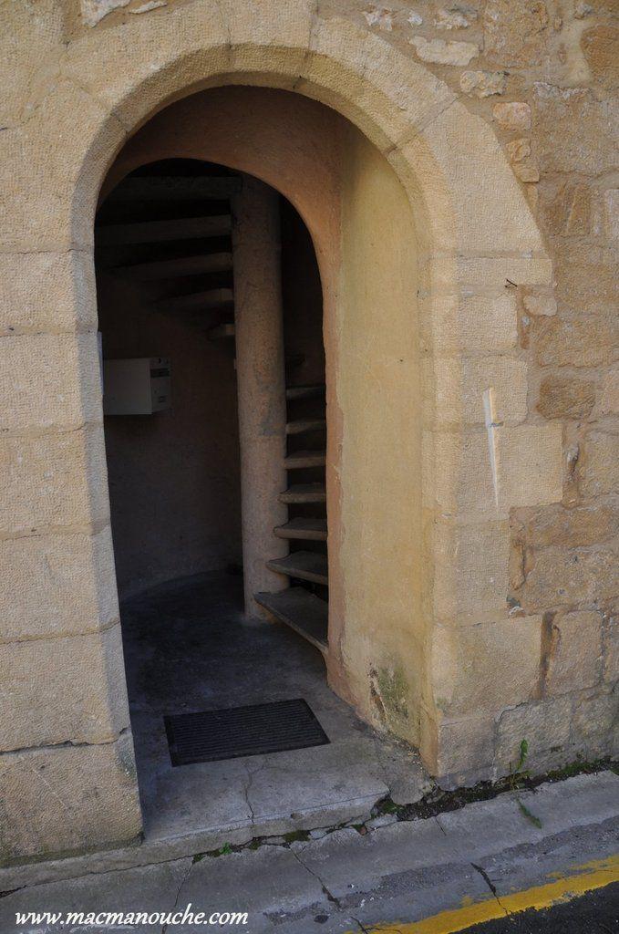 Un escalier à vis.