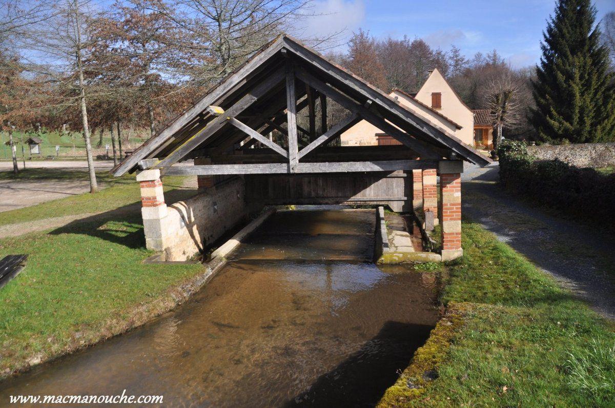 On passe tour d'abord devant ce joli lavoir alimenté par l'eau de la Chrironde, petit ruisseau.