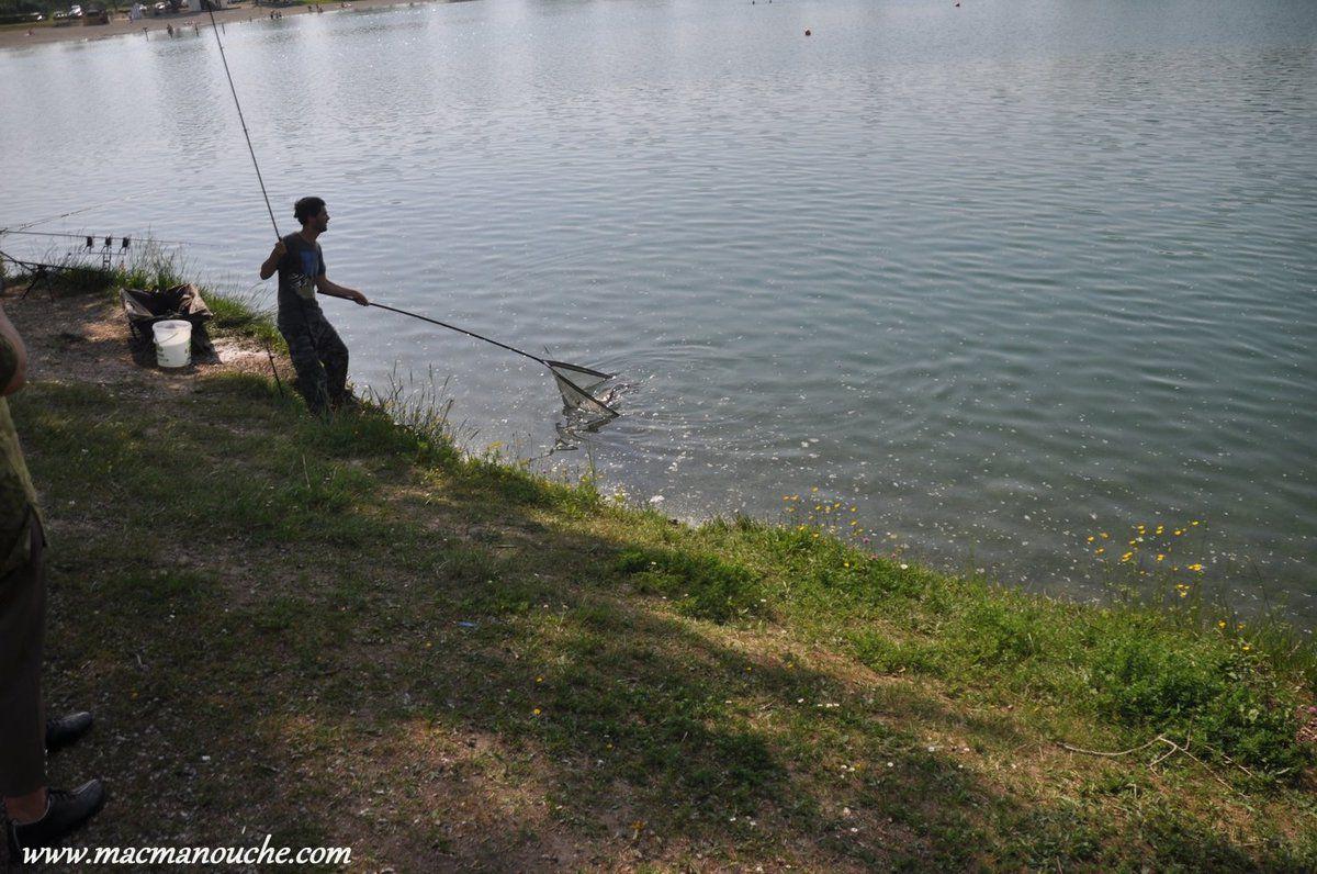 ==> sans blesser le poisson qui sera ensuite remis à l'eau . (Pêche ''No-Kill''  c'est-à-dire ''lieu de pêche avec remise à l'eau des prises obligatoire'')