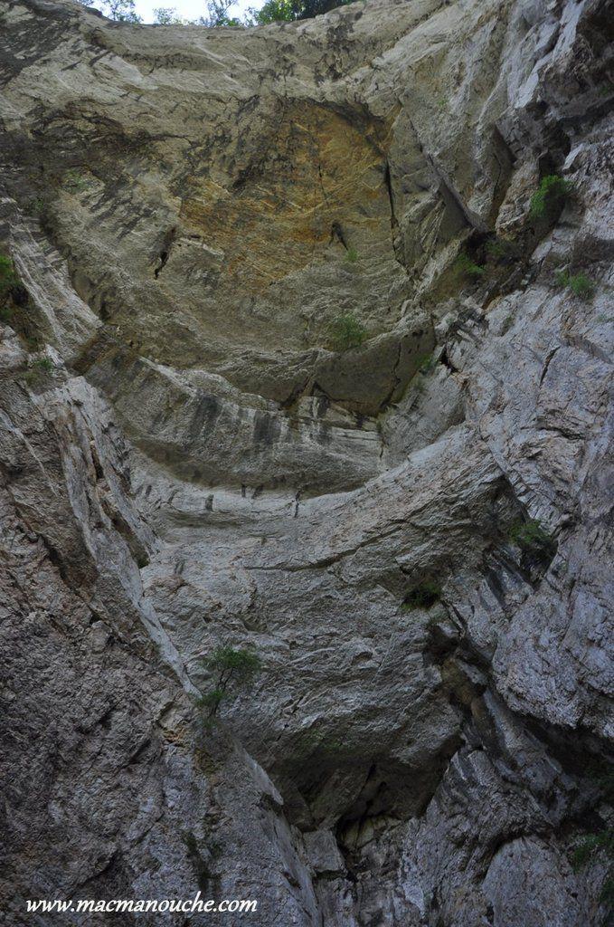 Sous l'immense porche rocheux mesurant près de 100 mètres de haut!