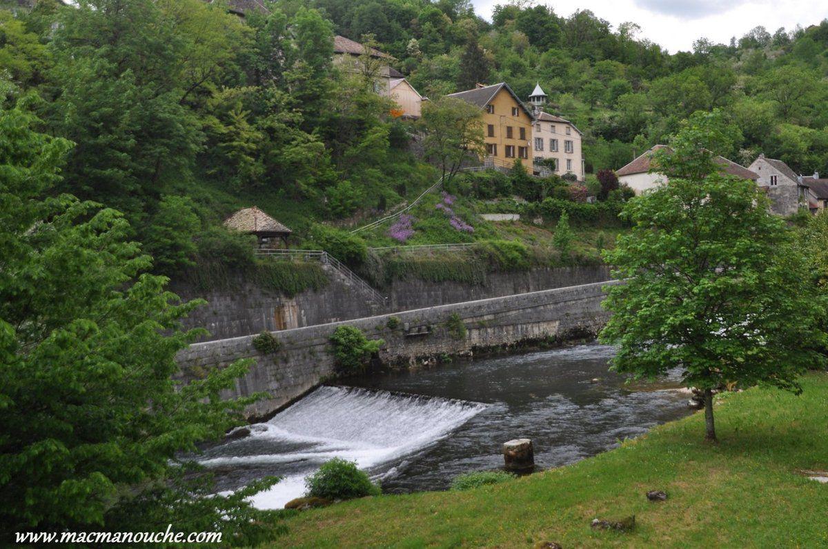 Le  cœur du village se trouve à anviron 1,5 km du camping. Pour nous y rendre, nous suivons un chemin qui surplombe la rive gauche de la Loue.