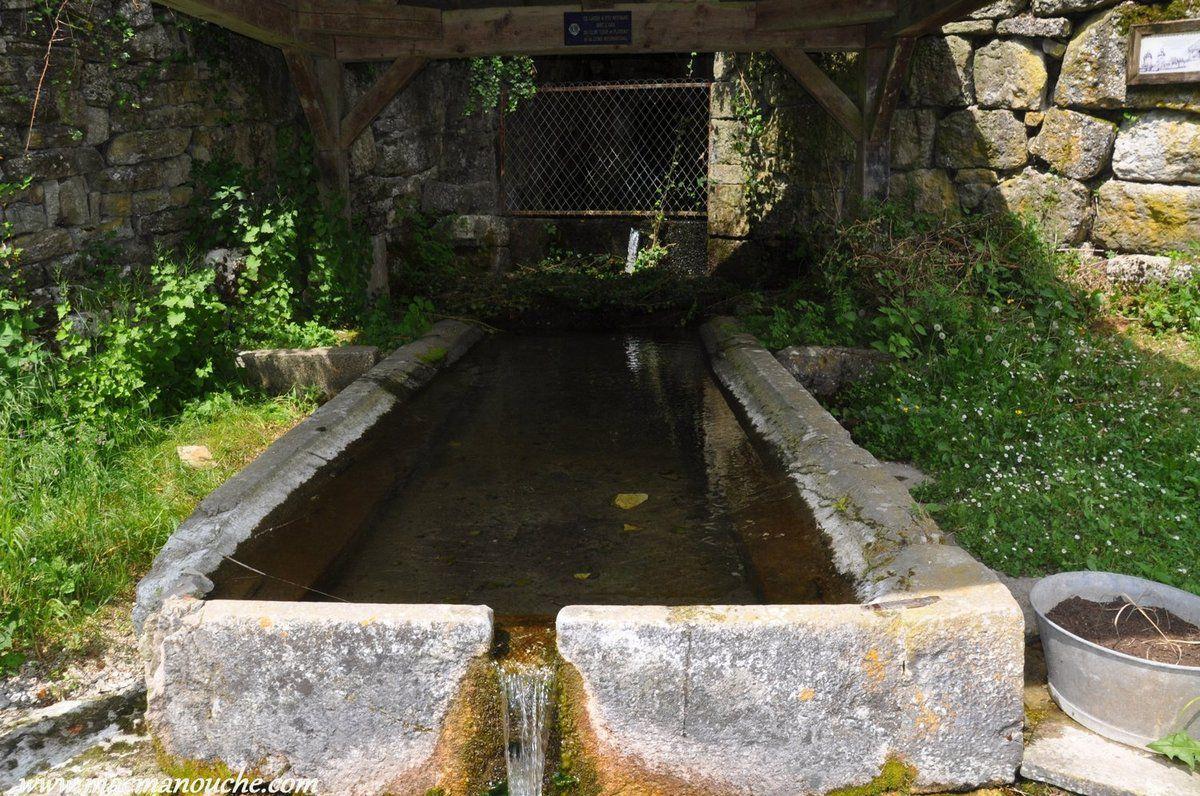 On traverse la Loue pour  grimper jusqu'à  cet ancien lavoir.