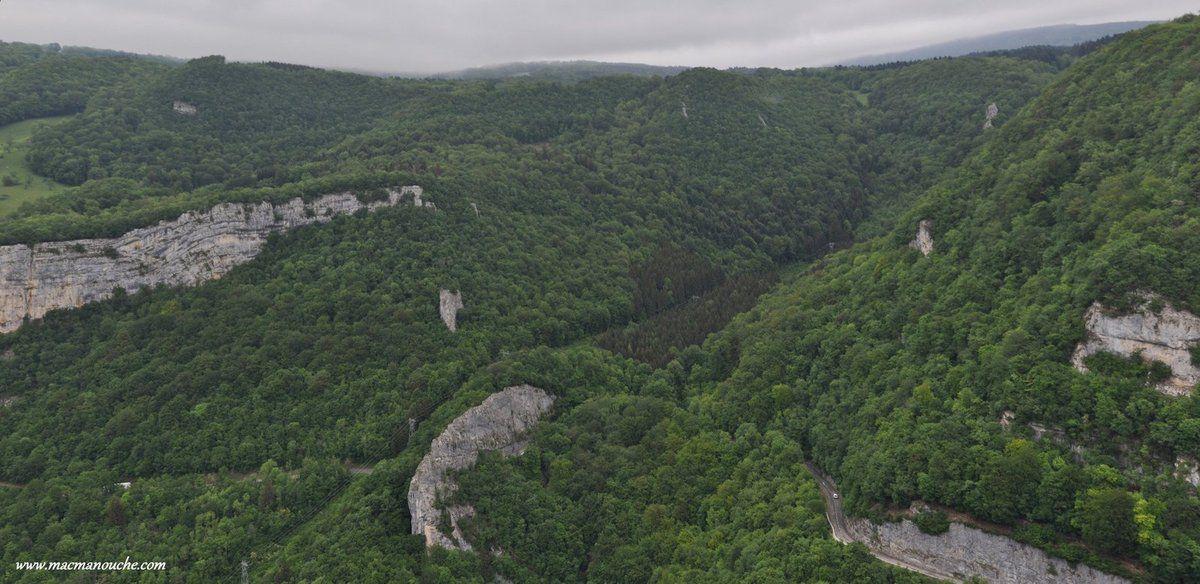Un très beau panorama sur lesgorges de Nouailleset lecirqueau fond duquel se trouve la source.