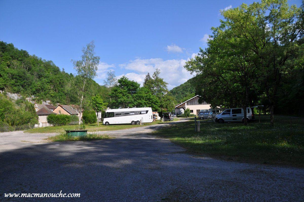 Arrivés au camping, nous nous installons sur un emplacement pour camping-car et nous attendons la venue de la receveuse pour payer.