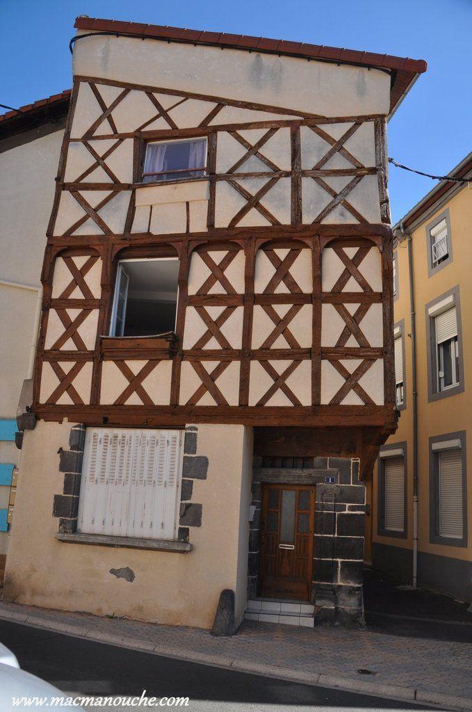 Le centre-ville historique avec ses maisons à pans de bois inscrites aux Monuments Historiques.