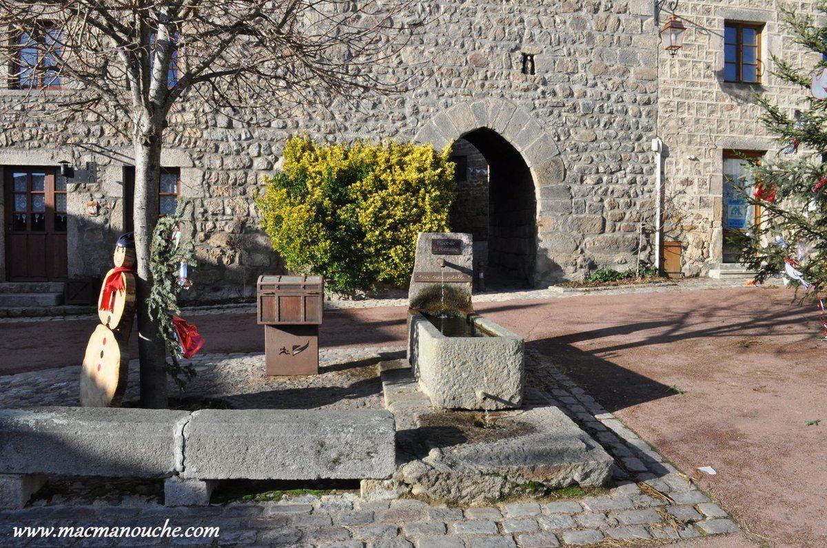 Fontaine devant la porte d'entrée du vieux village.