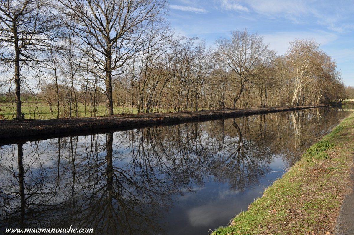 Il fait soleil, et la balade le long du canal est agréable.