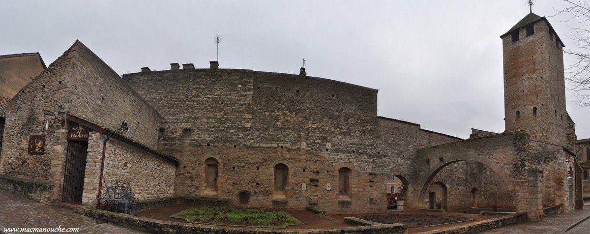 Le cellier de l'Abbaye et à droite la Tour des Fromages.
