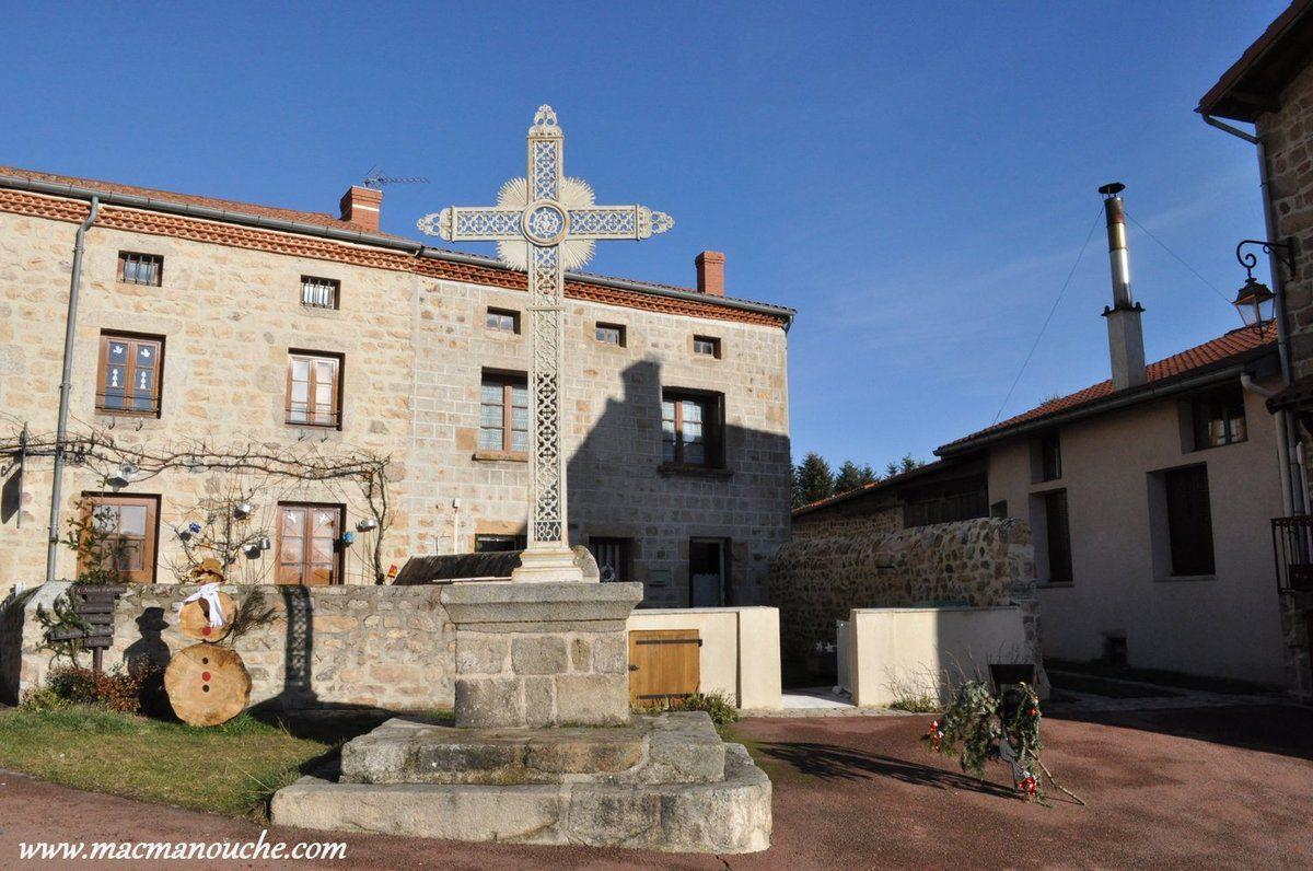 Croix sur la place face à la porte d'entrée du vieux village.