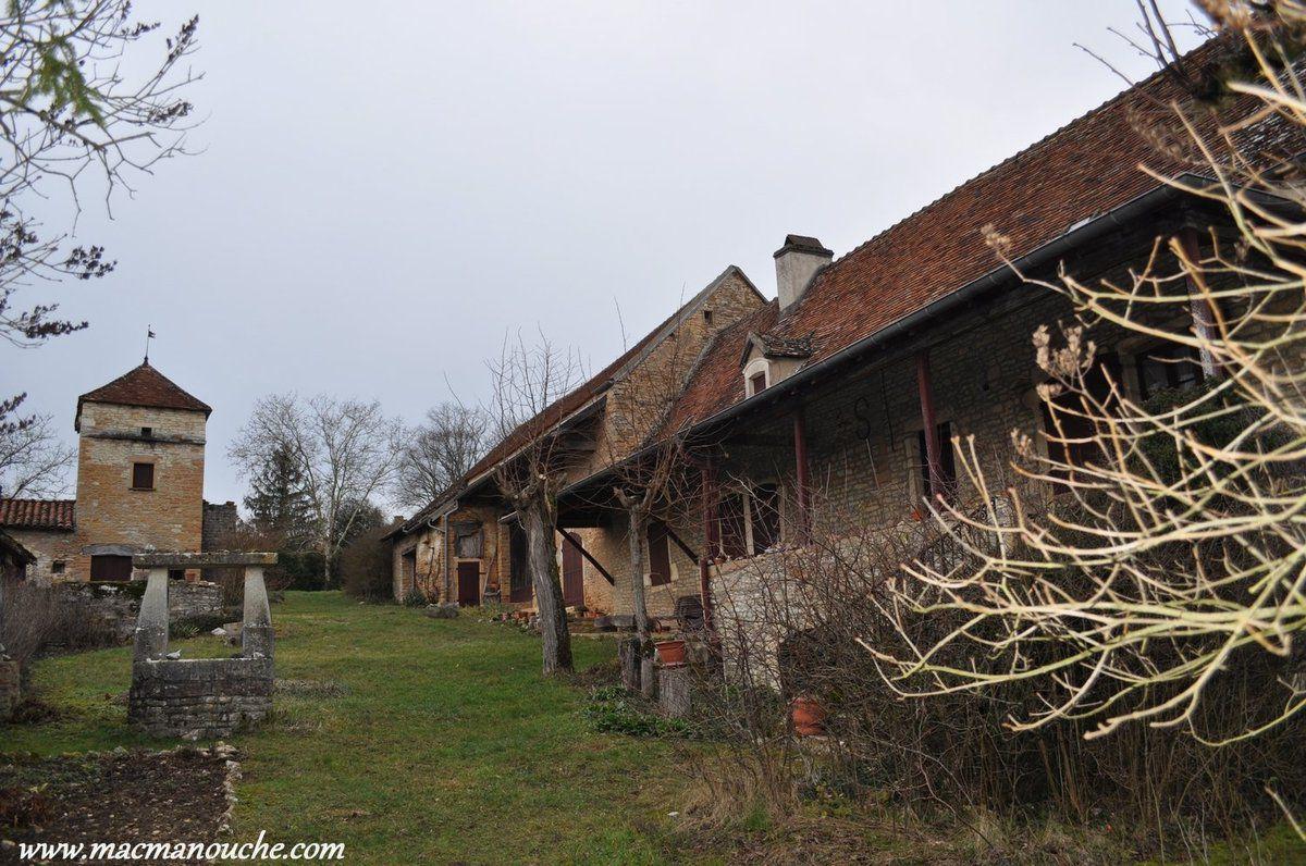 Un peu à l'extérieur du village, une (ancienne) grosse ferme avec ==>