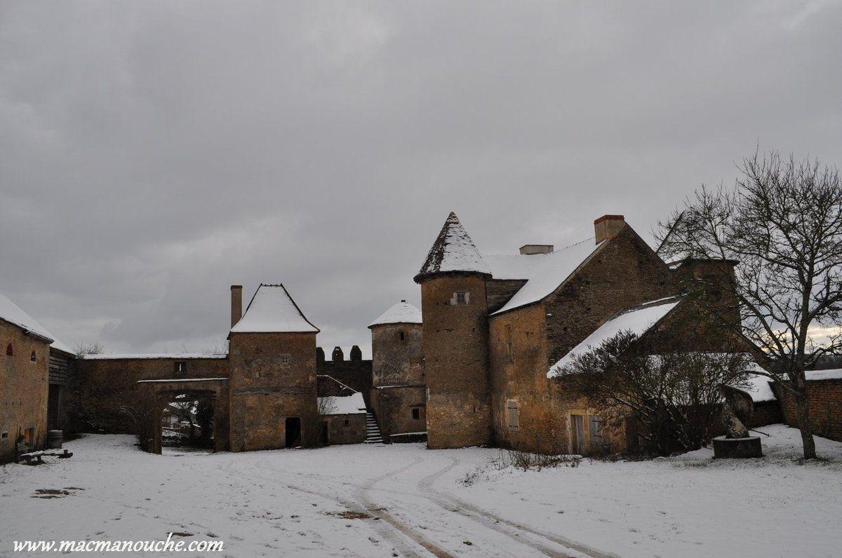 La cour du château médiéval de Pontus de Tyard
