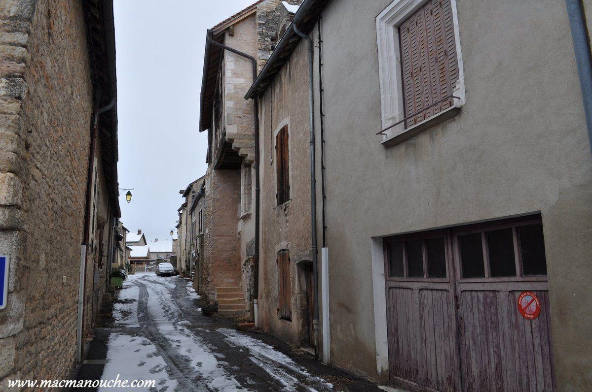 Dans cette rue se trouve ''La Maison de Bois''. (ci-dessous)