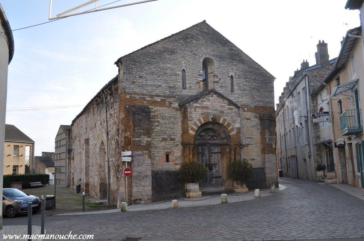 Près de l'abbaye se trouve l'ancienne église Saint-Valérien, désaffectée mais conservant un portail et une nef voûtée du 11e siècle.
