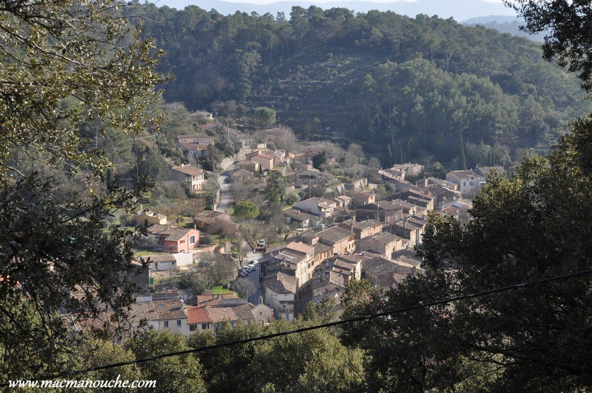 Belle vue sur le village de Flassans-sur-Issole et ses toits.