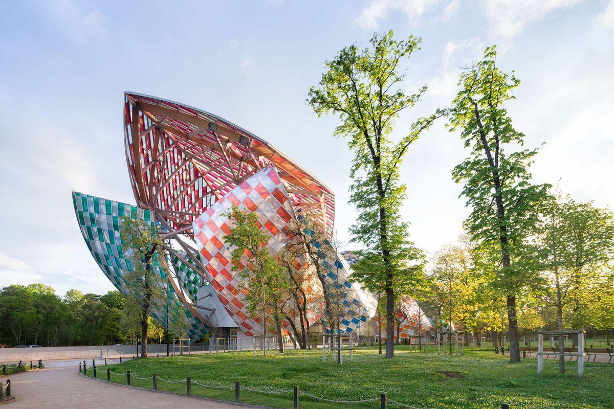 La Fondation Louis Vuitton magnifiée par Buren