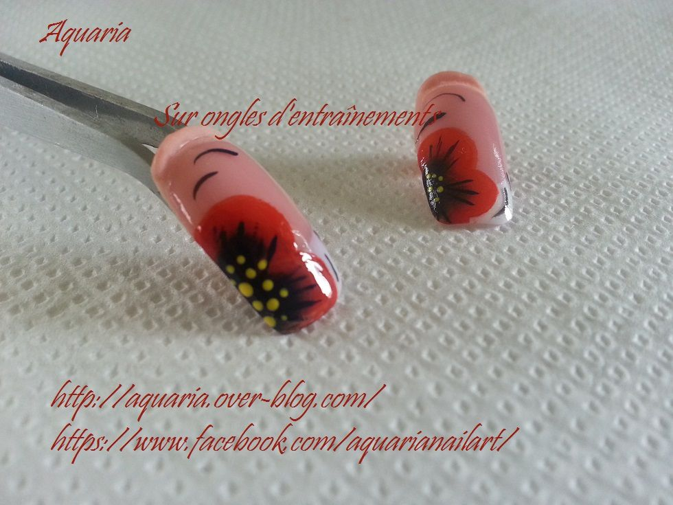 coquelicot sur ongle