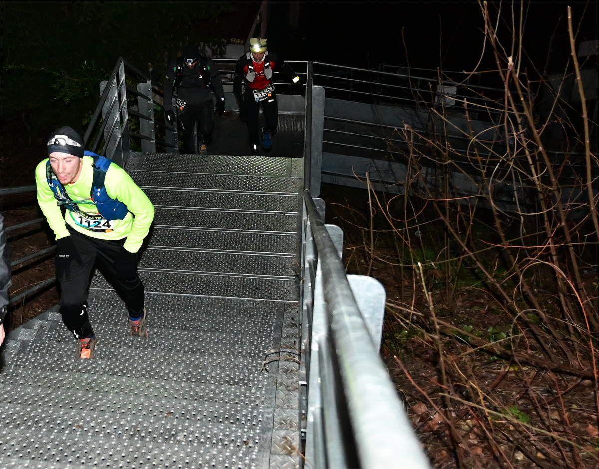 Une des nombreuses montées d'escaliers de la course !